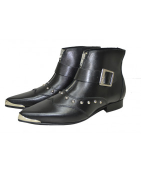 Black boots in leather...
